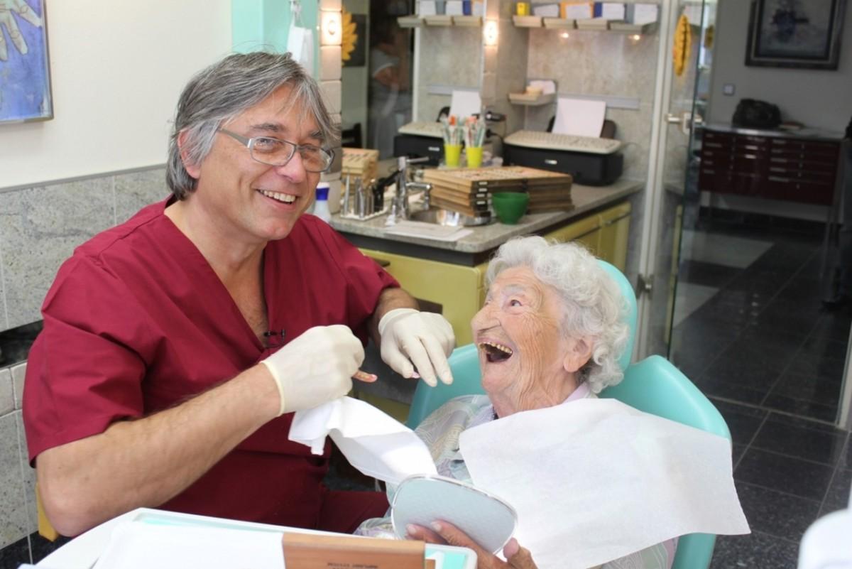 schmerzarme minimalinvasive Zahnimplantate in München Gerda_G_1280 100 jährige bekommt Zahnimplantat